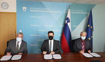 Državni sekretar Aleš Mihelič z županoma občin Bled in Bohinj podpisal sporazum o sofinanciranju ureditve kolesarske povezave Bled – Bohinj