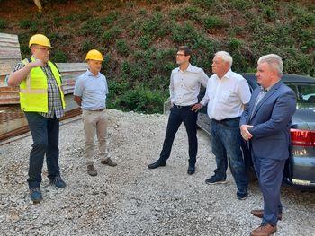 Minister Vizjak na ogledu gradnje objekta za pripravo pitne vode za krvavški vodovod
