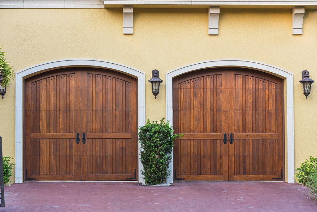 Izdelujejo dvokrilna klasična garažna vrata.
