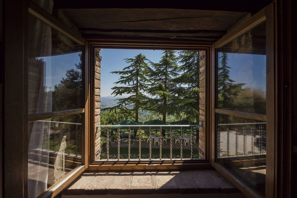 Okna in balkonska vrata lahko dobite v poljubni barvi ali imitaciji lesa.