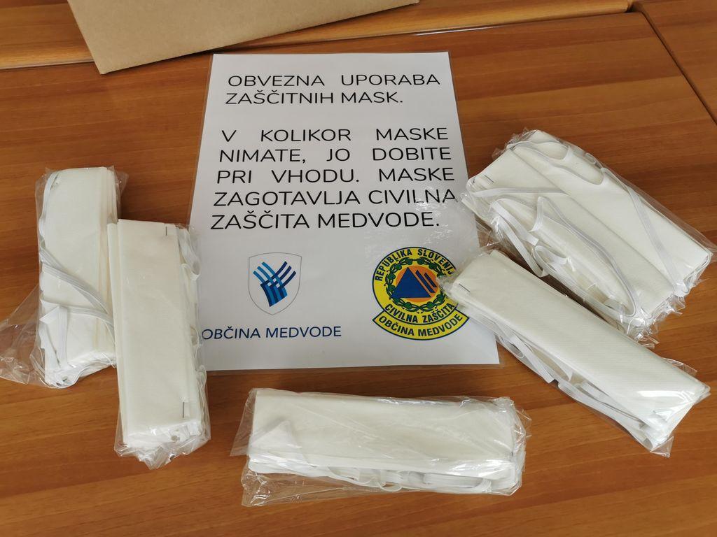 Vrtec Medvode izdeluje maske za občane