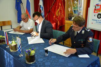 Podpisali pogodbo za novo gasilsko vozilo