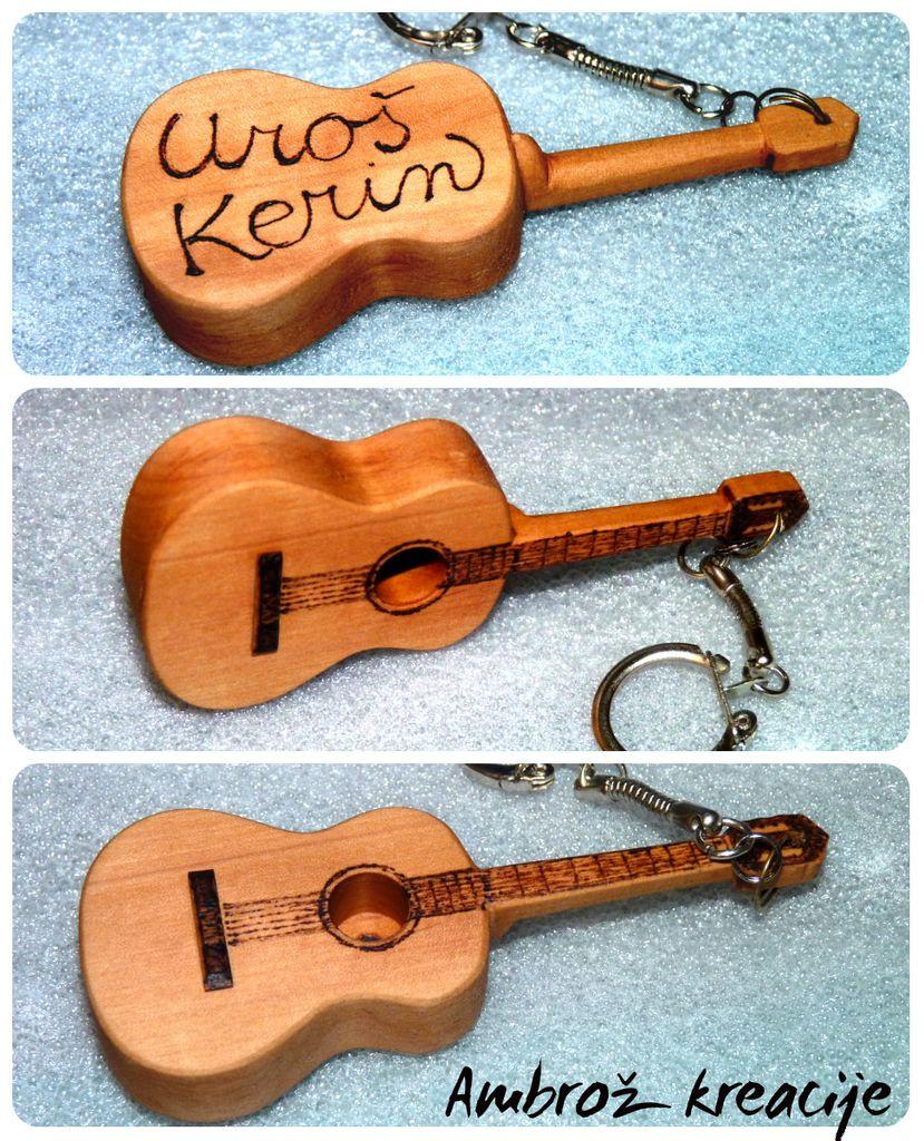 Personaliziran obesek-kitara