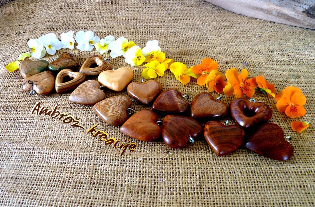 velika izbira obeskov (srčkov) iz različnih vrst lesa