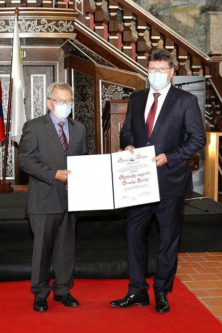 Podeljene listine prejemnikom priznanj, oktobrskih nagrad in naziva častni občan