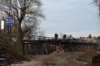 Obnova lesnega mostu čez Krko se nadaljuje