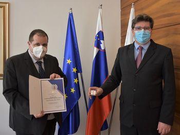 Zdravstveni dom Brežice prejel spominski znak »Za požrtvovalnost v boju proti COVID-19«