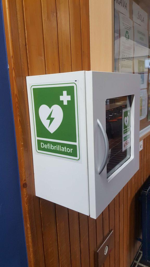 Defibrilator v šoli