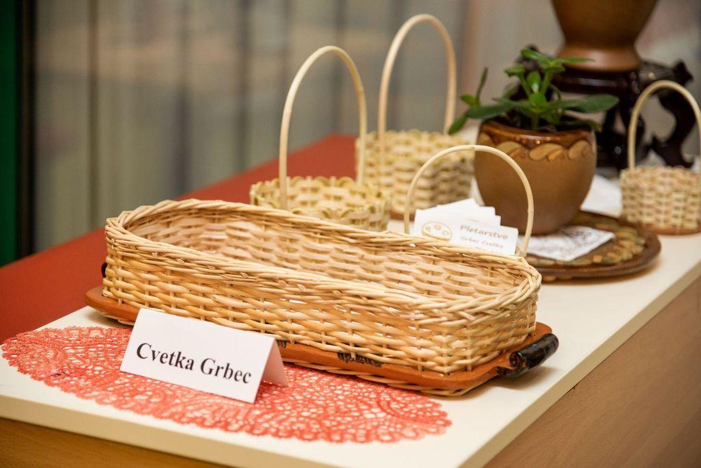 Kulturne sledi Friderika Barage v glini, čipki in barvah