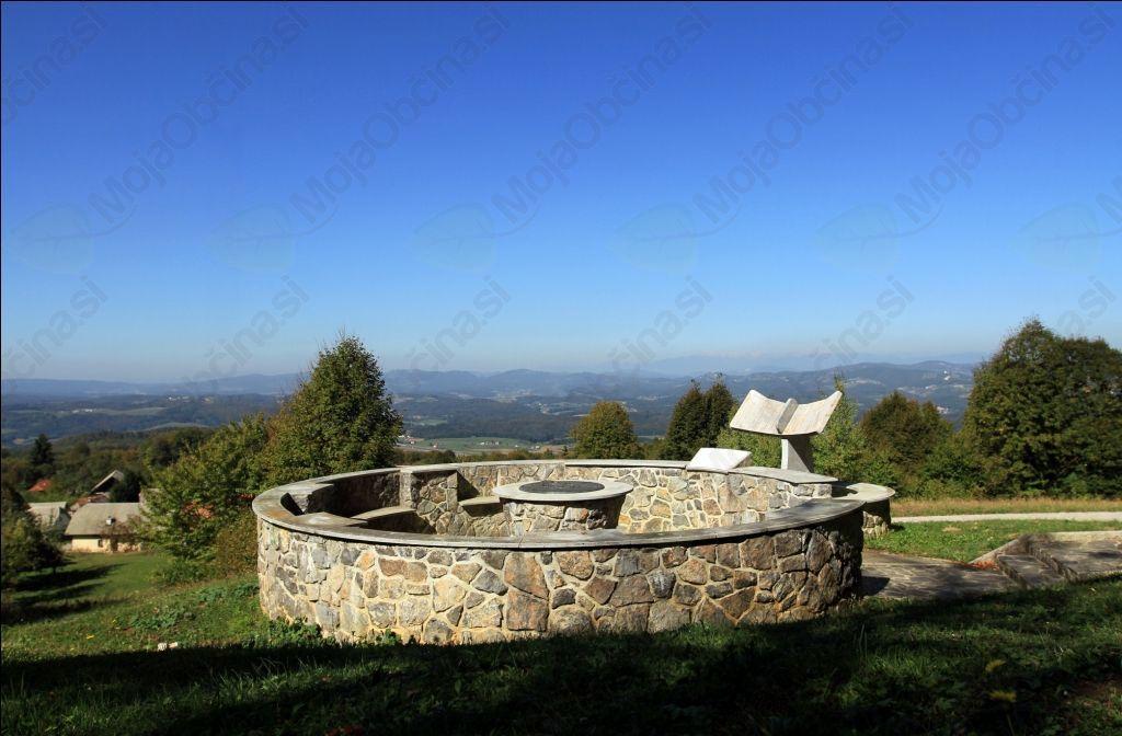 Kamnito obeležje na Vrhtrebnjem (Avtorske pravice: Samo Kastelic)